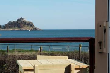 There are two tables on the balcony, the ideal place to watch the sun rise in the morning and set in the evening.