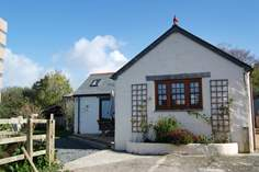 Valley View Sleeps 4 + cot, 1.5 miles SW of Helford.