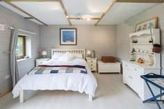 Ashley's Shack Sleeps 2 + cot, 6.2 miles W of Dartmouth.