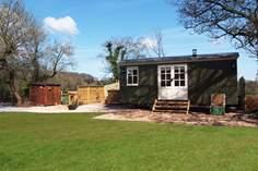 Lamb's Tale Shepherd's Hut Sleeps 2 + cot, 6.4 miles W of Bridgwater.