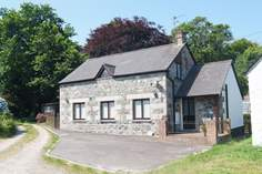 The Old Stone Workshop Sleeps 5 + cot, 1.7 miles N of Coverack.