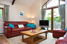 FernGully Sleeps 6 + cot, 4.9 miles E of Mawgan Porth.