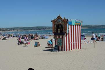 The sandy beach at Weymouth has atraditional Punch and Judy Show, during the summer months.