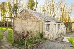 Long Beam Barn sleeps Sleeps 4 + cot, 2.7 miles NW of Helston.