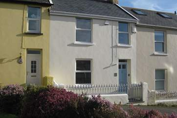 Dot's Cottage is a very pretty period property in a small terrace just a stone's throw from the beach