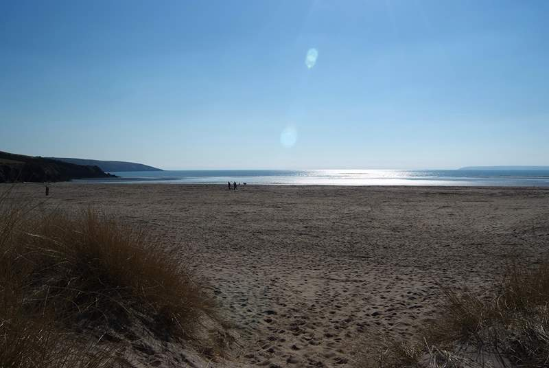 Par sands is easily accessible with a car park right by the dunes.