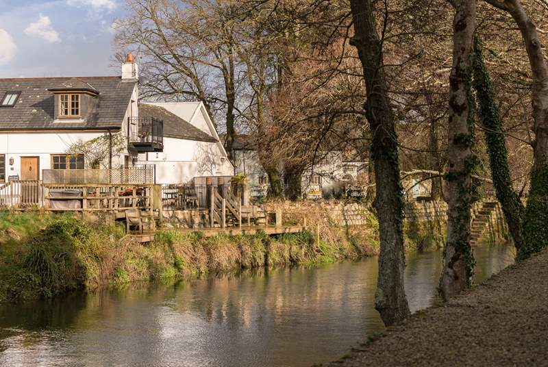 Old Quay Cottage is tucked into a quiet courtyard right by the river in Lostwithiel.