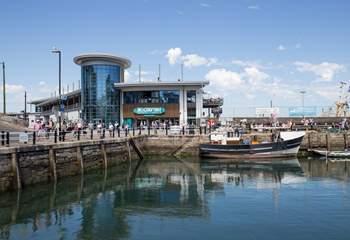 Plenty of fabulous restaurants line up around the harbour.