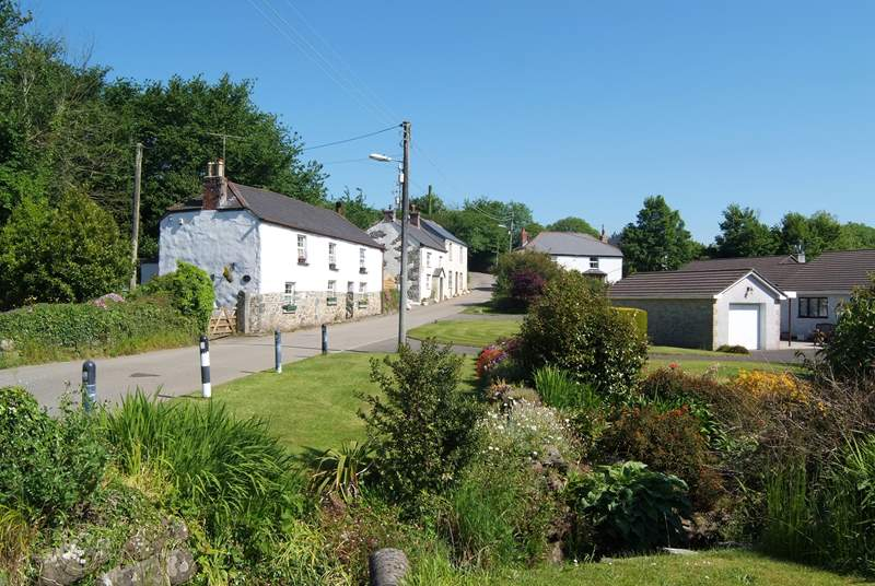 Semi-detached Tremaen Cottage is set beside the road from St Keverne to Porthallow.