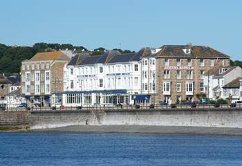 The Queens Quarters is a first floor apartment within the Queens Hotel, on the edge of the seaside promenade.