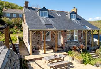 Coth Lytherva enjoys lovely sea views from almost every room. There is a separate apartment below the house at the rear and their access is  a path in the back garden.