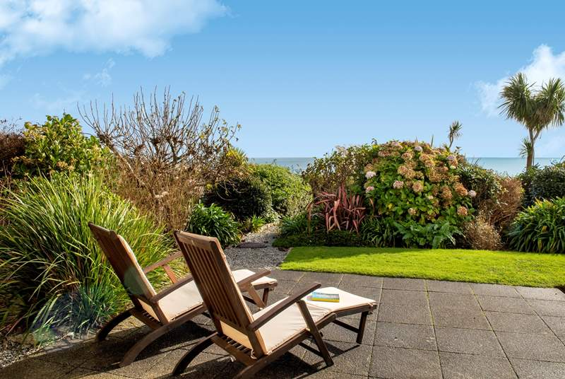 What a gorgeous  place to relax,it is a ground floor apartment right on Falmouth seafront with views across the bay.