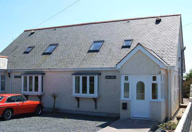 Bona-Vista is a modern semi-detached house at the edge of Ruan Minor village.