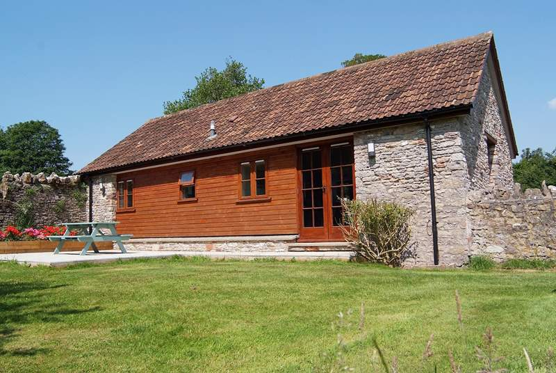 This lovely detached single-storey cottage is in a private location with level gardens and a sheltered patio.