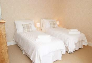 Bedroom 4 can be made up as a 5' double bed or two single beds (2'6~7).
