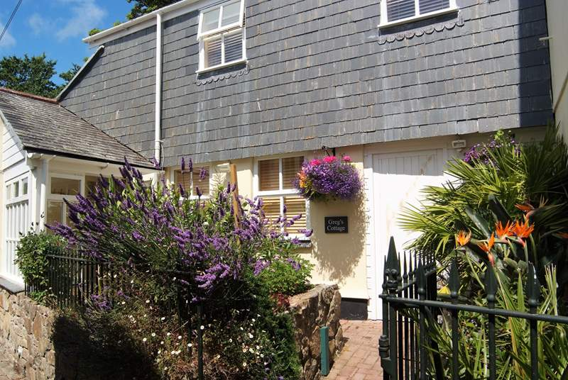 The cottage is set up a quiet pedestrian lane in the centre of Penzance, close to Morrab Gardens.