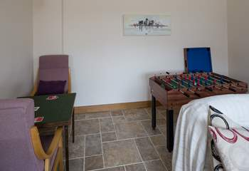 Guests young and old can enjoy this '4 in one' games-table; table-football, mini-pool, table-tennis and air hockey.