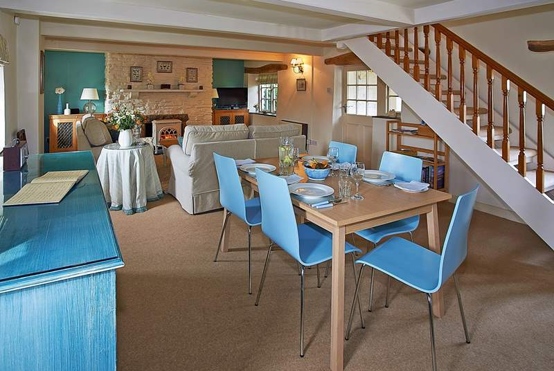 The gorgeous sitting/dining-room in Medlar Cottage (2595).