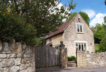 Kingham Cottage is a beautiful period detached stone cottage with lovely views, parking and a sheltered patio.