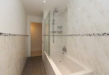 Another view of the bathroom to show you the layout.