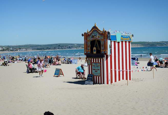 In the summer a traditional Punch and Judy show performs twice a day, which is still able to delight children.