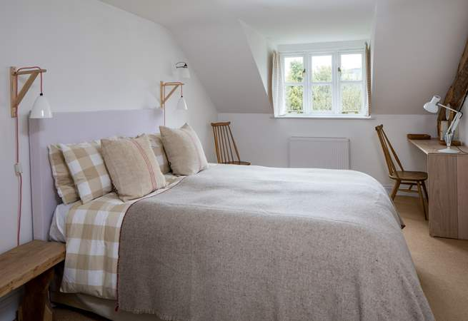 The master bedroom has a generous king-size double bed (5') with gorgeous linens and an en suite bathroom.