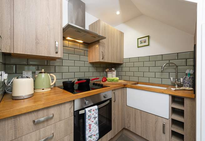 The little working kitchen-area has all that you need for your stay. For extra workspace you have the lovely farmhouse kitchen table.