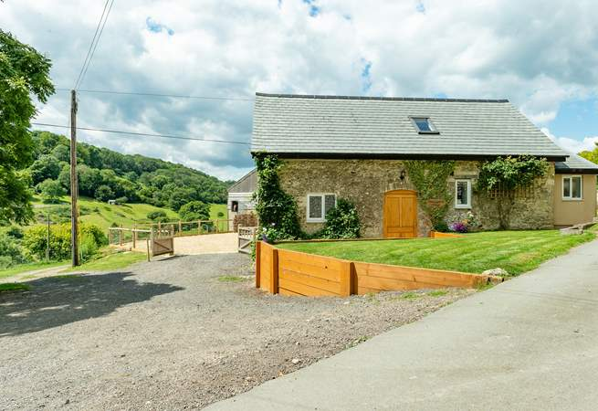 Smugglers Cottage is at the head of a beautiful valley above the coastal village of Branscombe. There is a fully enclosed parking and garden-area behind the cottage.