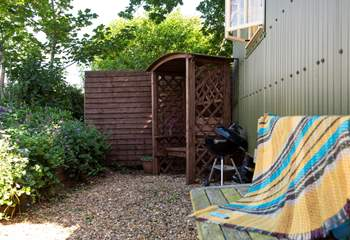 The back of the hut with another sheltered and private patio-area (and barbecue) and the hot tub.