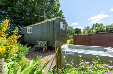 Lamb's Tale Shepherd's Hut. Sleeps 2, 6.4 miles W of Bridgwater