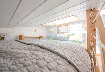 The super cosy sleeping-area has limited headroom; 98cm into the window recess, 77cm to the ceiling and 35cm at the foot of the bed.