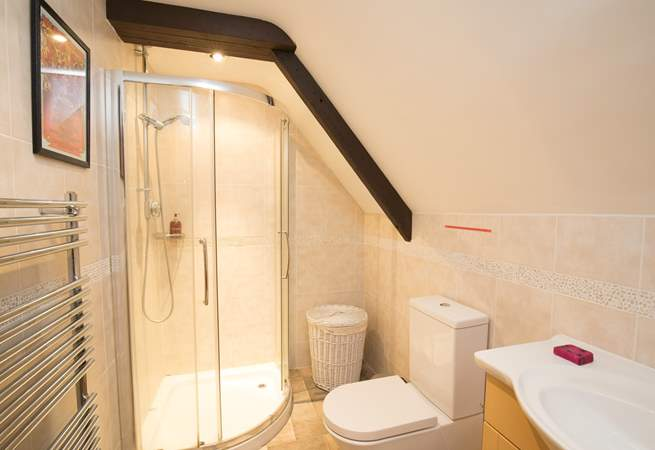 The heated towel rail provides warm towels for you after you step out of the spacious, fully tiled shower.