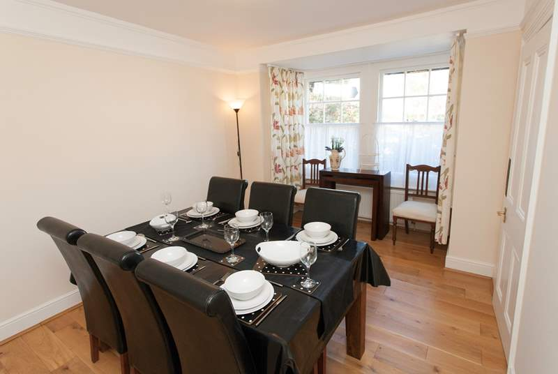 The dining-room has ample space for any family meal, be it breakfast, lunch or dinner.