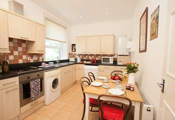 The charming well-equipped kitchen with seating for four.