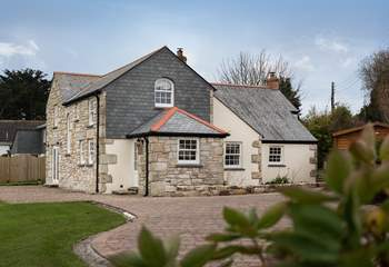 Lynwood is a lovely Cornish cottage, extended in recent years.