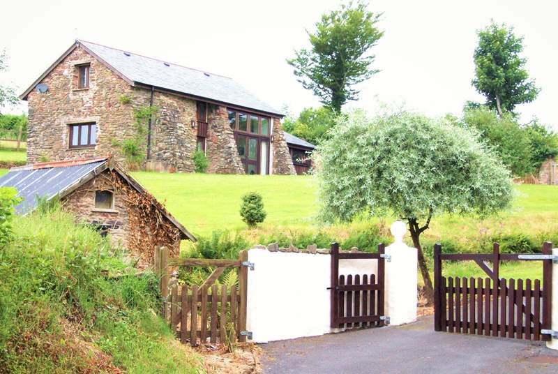 Lovely Woodbine Barn is in a beautifully quiet rural setting. Dogs are welcome and there is a large paddock immediately behind the barn for guests to enjoy.