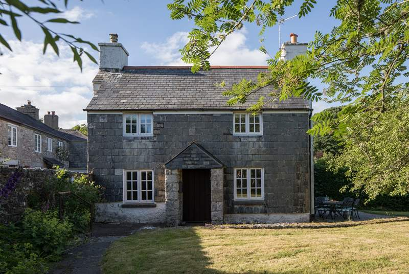 New Park Cottage is a beautiful Grade II Listed slate-clad cottage.