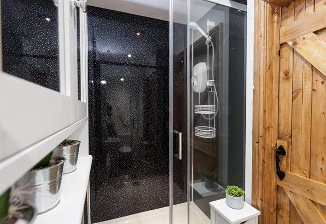 The fabulous shower-room located on the first floor.