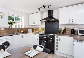 If you enjoy cooking, you'll love this fully fitted kitchen-area.