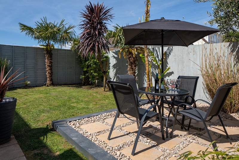 The palm trees ensure extra privacy and a real tropical feel - perfect for when the sun is beating down.