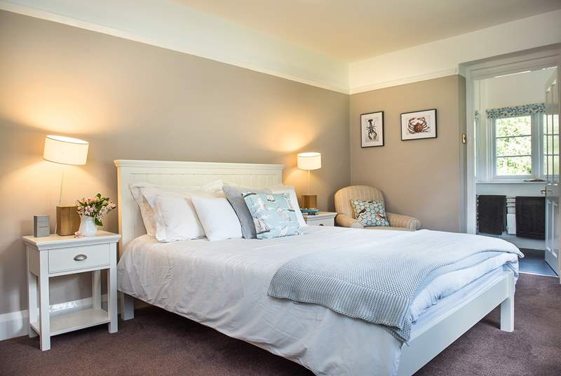 Ferny Park has five beautifully appointed bedrooms each with their own en suite shower-room.