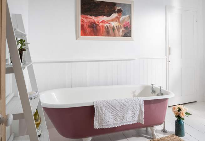 Enjoy a glass of wine in the roll-top bath.