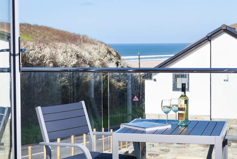 The sandy beach at Mawgan Porth can be seen and enjoyed from the balcony-area.