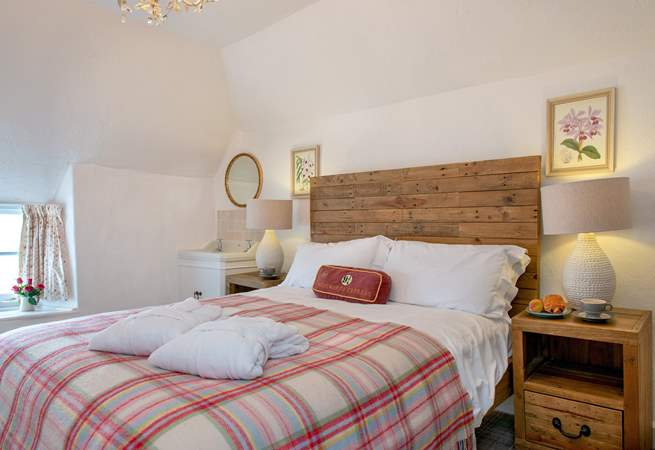 The master bedroom is beautifully decorated (Bedroom 1).