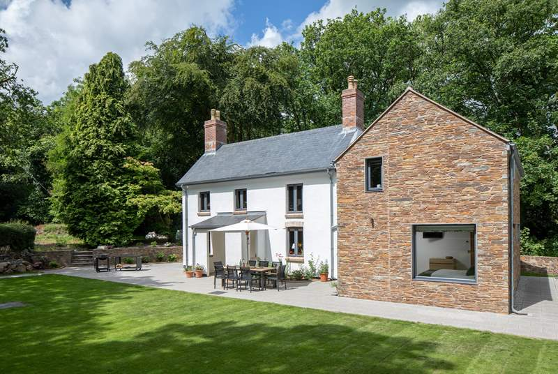 Owlacombe Bridge Cottage is a fabulous house nestled in superb surroundings.