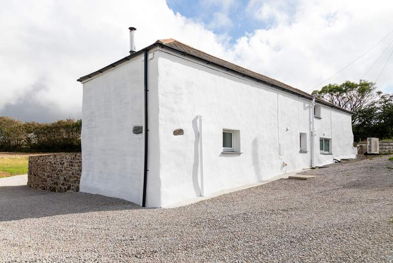 The rear of this semi-detached cottage is the first thing you see as you arrive down the lane, simply follow the gravelled drive around to the front to find your parking area.