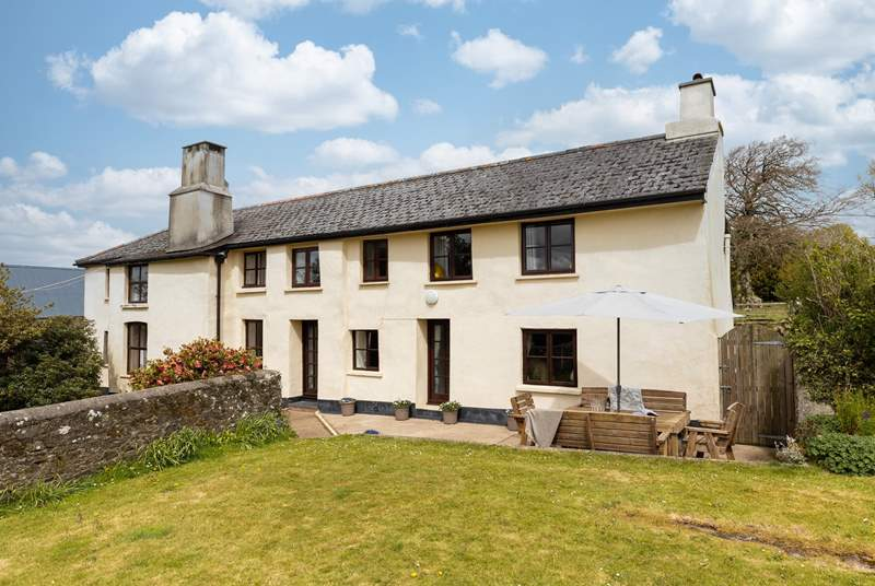 Northcott Barton sits to the edge of the owners' cattle farm end enjoys views of the Devon countryside and grazing cows.