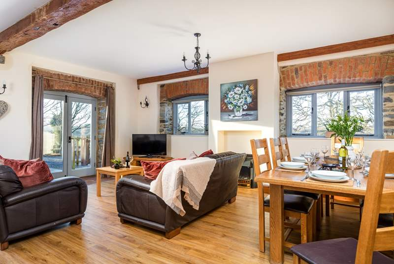 The open plan living area is the perfect room for all the family to come together, no matter the season. You can also keep an eye on the children playing or the fishermen of the family fishing at the lake.