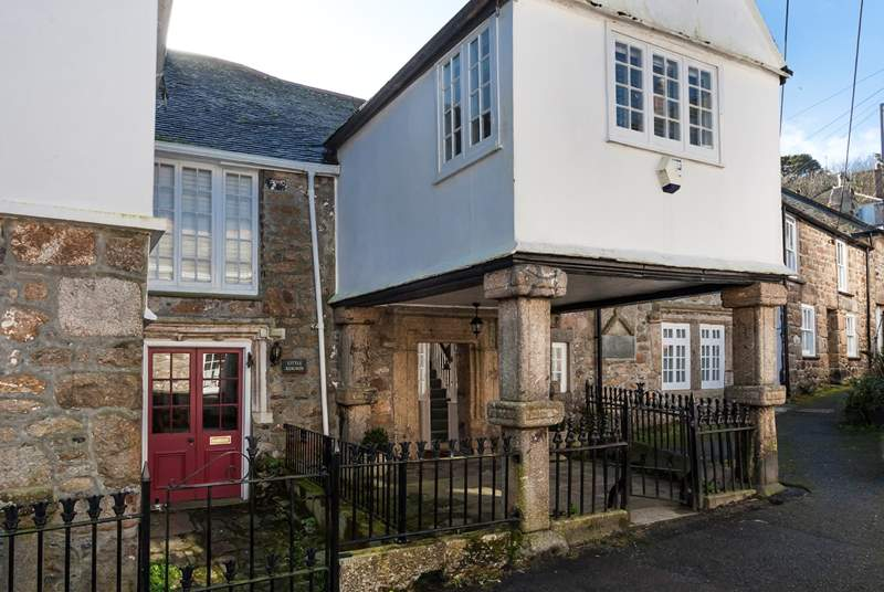 Retaining so much of the original character, Keigwin Manor, the oldest house in Mousehole, is located deep in the heart of this quintessential village.