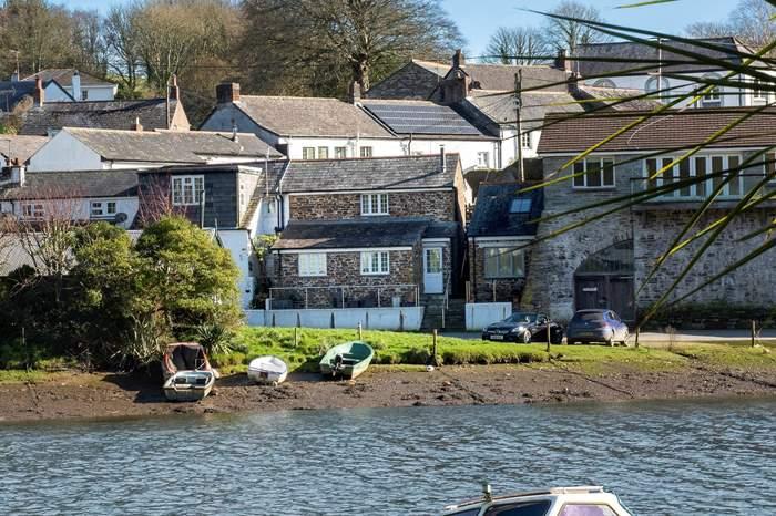 Cottages near Lerryn to St Winnow Church 5 mile circular walk